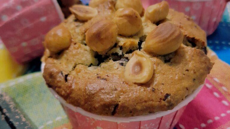 Colazione con…Muffin vegani con banane, cioccolato e nocciole (senza zucchero)